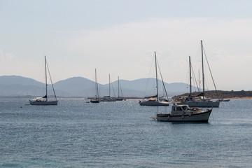 Barche al molo nell'isola di Tavolara, Sardegna, Italia