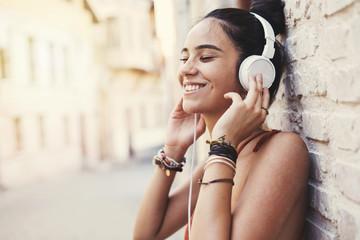 Beautiful young girl listening music Fotobehang