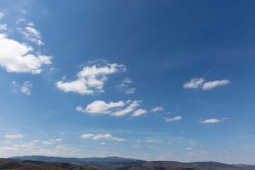 Himmel und Wolken über Gebirge Harz