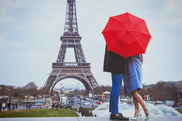 romantic holidays for couple in Paris, honeymoon vacation in France, Europe, man and woman kissing near Eiffel tower Fototapete