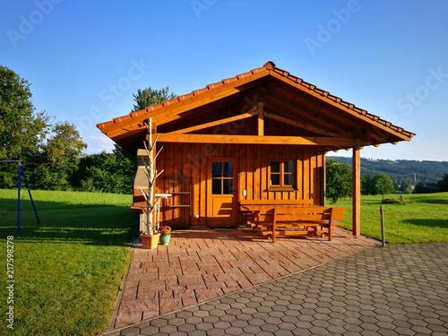 Kleines Braunes Holzhaus Mit Uberdachter Terrasse Im Grunen
