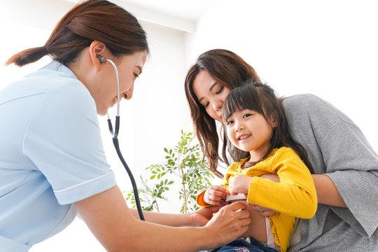 病院で診察を受ける子ども