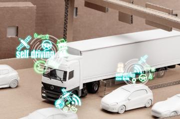 Spielzeug LKW auf einer Karton Autobahn simuliert Autonomes ein Spuren in den Verkehr