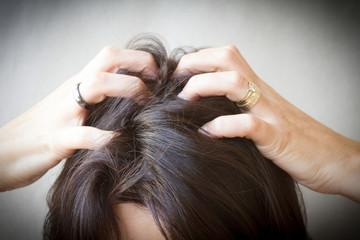 démangeaison dans les cheveux