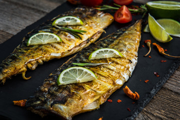 Fried fish fillets with lime and herbs