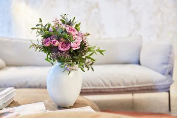 Blumenstrauß mit rosa Rosen im Wohnzimmer