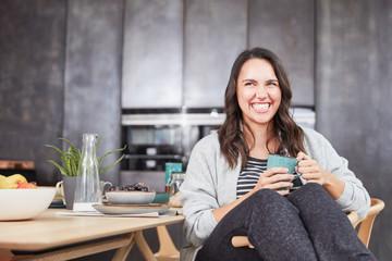 Frau trinkt Kaffee oder Tee zum Frühstück