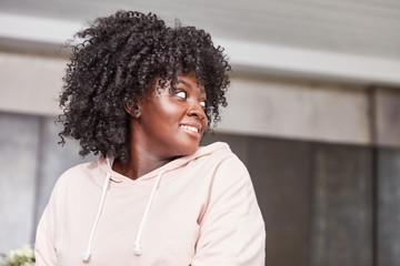 Junge Plus Size Afrikanerin mit Afro Frisur