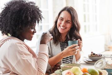Kaffee trinken und Frühstück essen in Küche