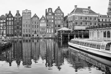 Palazzi cartteristici di Amsterdam riflessi nell' acqua di un canale, bianco e nero