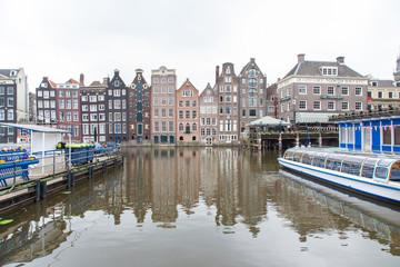 Palazzi caratteristici di Amsterdam che si riflettono nell'acqua di un canale
