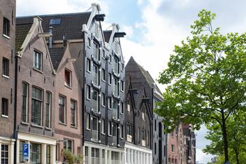 Palazzi caratteristici di Amsterdam e cielo azzurro