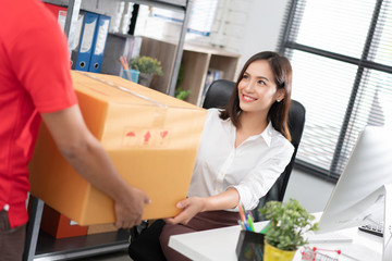 Business woman Get the box. From home delivery She is in the office.
