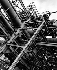 Stahlkonstruktion in schwarz-weiß