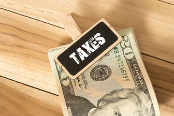 Dollar Geldscheine und die Steuern in Amerika