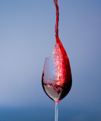 Rotwein schwappt aus einem Glas