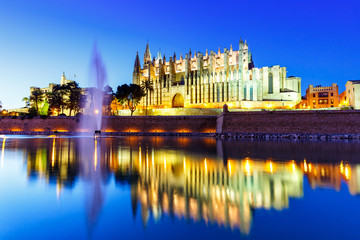 Kathedrale Catedral de Palma de Mallorca Kirche Spiegelung Abend Reise Reisen Spanien