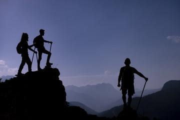 heybetli ve ihtişamlı dağları seyreden dağcılar