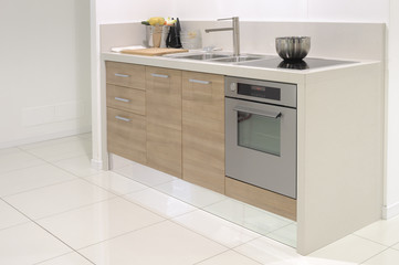 cucina moderna con forno, lavandino e piastra a induzione
