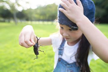 カブトムシを捕まえた女の子