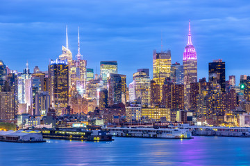 Fototapete - West New York City midtown Manhattan skyline panorama view from Boulevard East Old Glory Park over Hudson River at dusk.