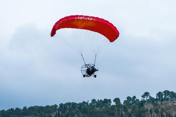 Foto op Aluminium Luchtsport The pilot flies on a motorized parachute at a hot air balloon festival