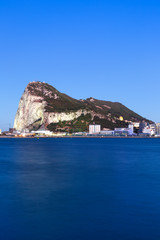 Gibraltar Affenfelsen Felsen Fels The Rock Hochformat blaue Stunde Abend Nacht