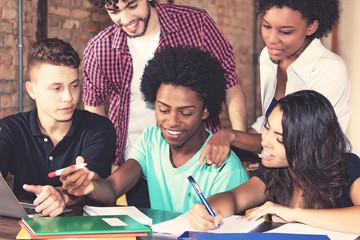 Internationale Studenten bereiten sich gemeinsam auf Prüfung vor