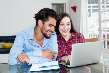 Junges Paar schaut Videoclips am Computer