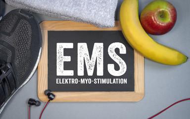 Tafel mit Sportschuhen Banane Apfel Handtuch Fitness EMS Elektro-Myo-Stimulation