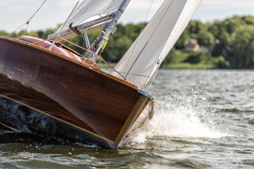 klassische Segelyacht bei einer Regatta