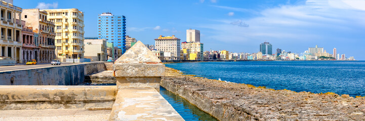 Papiers peints La Havane The famous seaside Malecon wall and the skyline of Havana