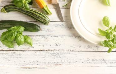 frische Zucchini frisch ernte Tisch grün gelb roh basilikum Teller