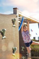 jolie fillette au parc de jeux