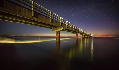 seebrücke unter sternhimmel
