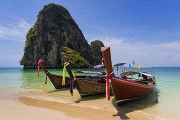Longtailboote am Tam Phra Nang beach, Krabi