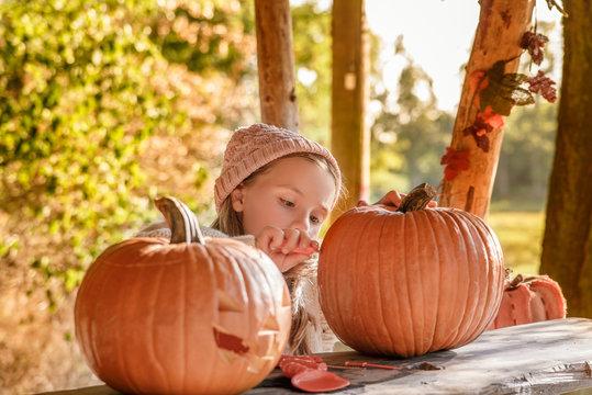 halloween kind schnitzt Kürbis