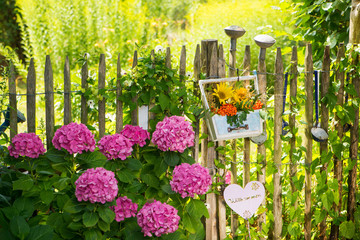 Sommerblumengesteck am Staketenzaun