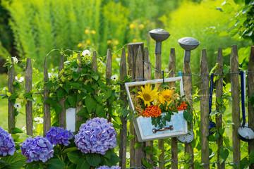 Sommerblumengesteck am Gartenzaun