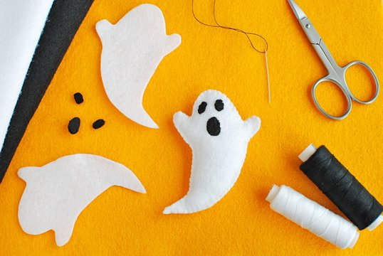 Handmade Halloween decorations from felt fabric. Instruction how to make felt ghost.