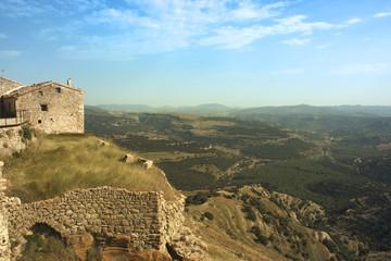 Casa de piedra en un paisaje rural
