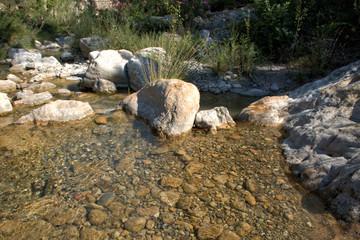 Agua fluyendo entre las rocas de un rio