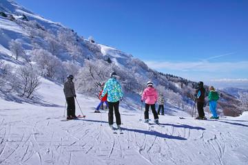 ゲレンデを滑走する前のスキーヤー