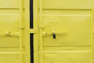 Vorhängeschloss an einem gelben Container