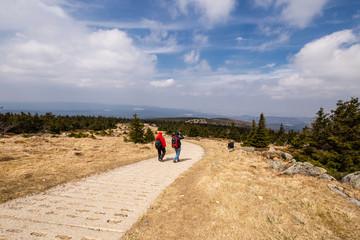 Wanderer auf dem Weg ins Tal über den alten Grenzweg