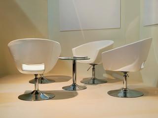 Besprechungsraum mit Sesseln und Tisch