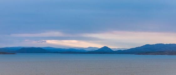Fjord in Norwegen an einem bewölkten Morgen