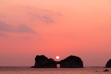 夕日が沈む円月島(和歌山 白浜)
