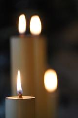 Kerzen in Friedhofshalle