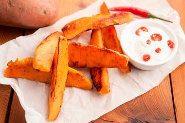 Süßkartoffel-Pommes aus dem Ofen mit Sauerrahm Chili Dip